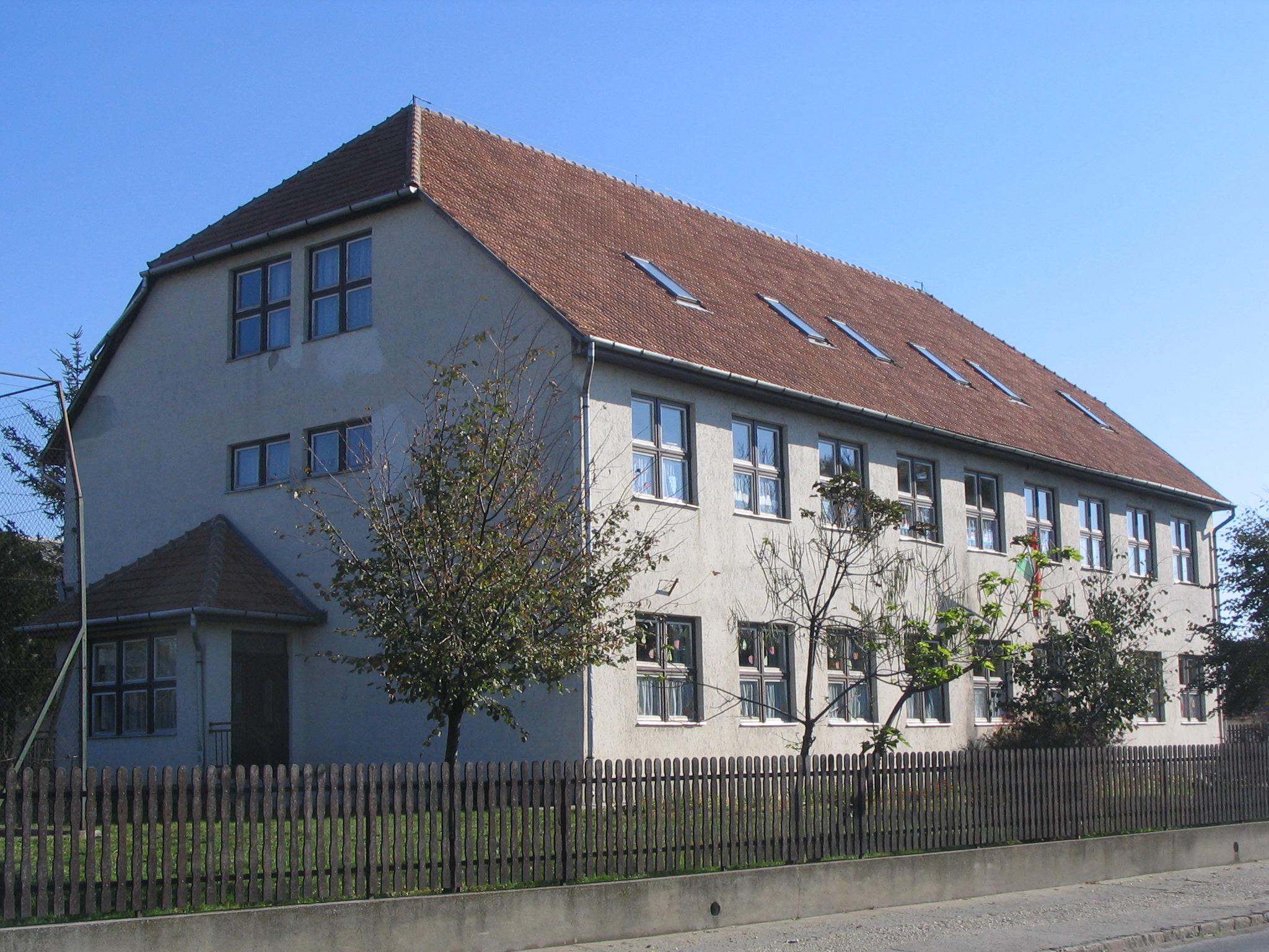 ujIskola